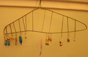 Messiest Kid's Room Contest 2015, part 6: Ingenious upcycled jewelry organizer